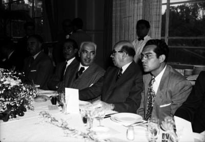 Luis Garrido en compañía de más personas durante un banquete
