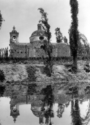 Vista de iglesia junto a un canal y chinampa