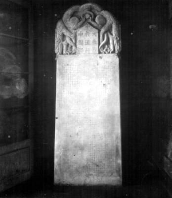 Lápida con inscripciones chinas, vista frontal