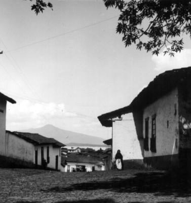 Casas y calle de un poblado, vista parcial