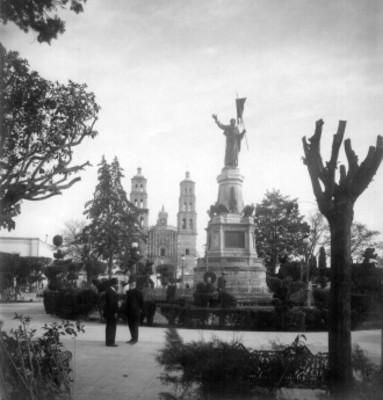 """""""Estatua de Hidalgo en Dolores, Gto."""", al fondo la Parroquia de Nuestra Señora de los Dolores"""
