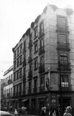 Edificio ubicado en la esquina de la calle Corregidora, ciudad de México