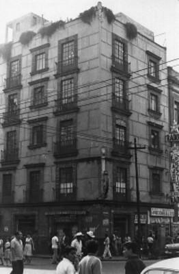 Edificio con ventanales en la esquina Jesús María y Corregidora