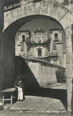 """Mujer frente al """"Templo de la Soledad"""""""