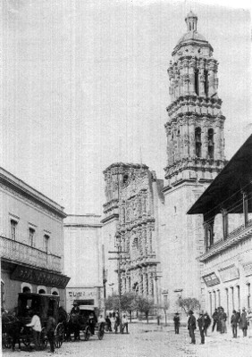 Gente frente a la Catedral de Zacatecas