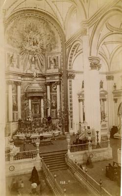 Feligreses frente al altar mayor de una iglesia