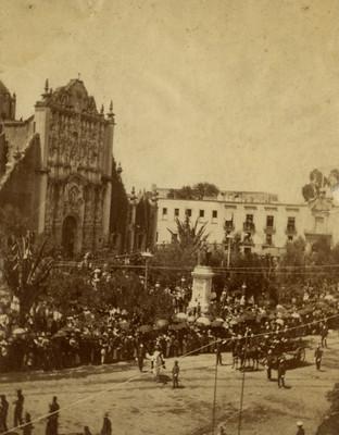 Desfile civico frente al Sagrario de la Catedral Metropolitana, ciudad de México
