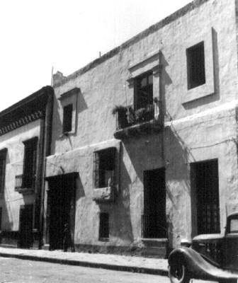 Fachada principal de una casa decorada con plantas de ornato en Puebla