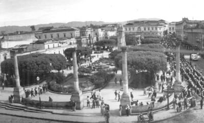 Vida cotidiana en una plaza pública, panorámica