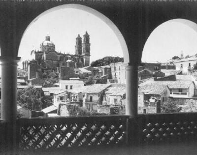 Vista general de la Iglesia de Santa Prisca y caserío, tarjeta postal
