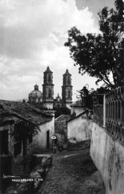 Callejón empedrado e Iglesia de Santa Prisca, tarjeta postal
