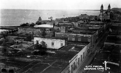 Vista parcial de Campeche con la catedral al fondo, tarjeta postal