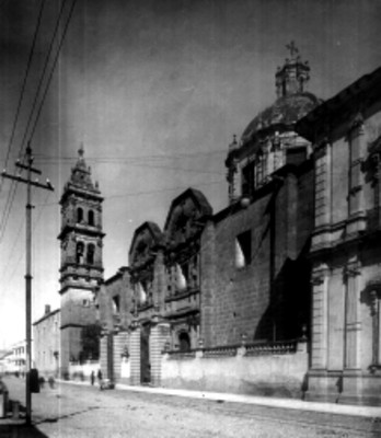 Iglesia, fachada principal, vista lateral