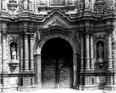 Detalle de portada de una iglesia