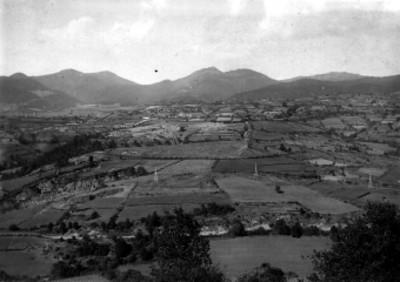 Paisaje de poblado y campos de cultivo