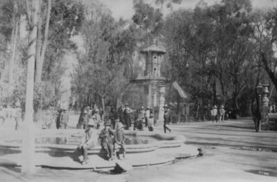 """Niños sentados en la fuente de la """"Alameda [en] México"""""""
