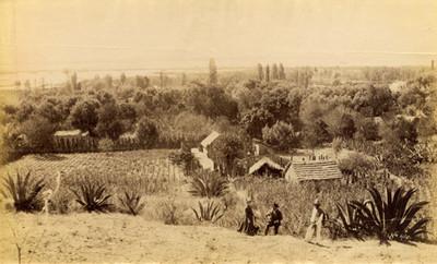Mujer y hombres junto a camino en el Lago de Texcoco, vista panorámica
