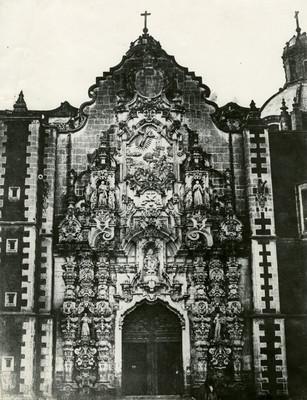 Iglesia, vista de su portada