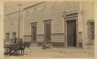 Calle con gente y animales de carga en Aguascalientes