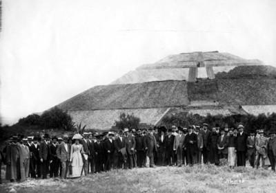 Justo Sierra, Leopoldo Batres y otras personalidades durante el Congreso Americanista