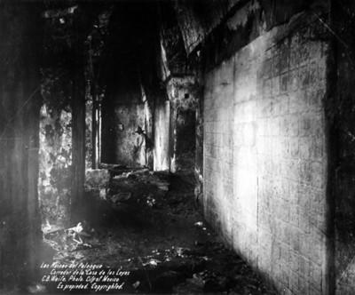 Hombre al fondo del corredor del Templo de las Inscripciones