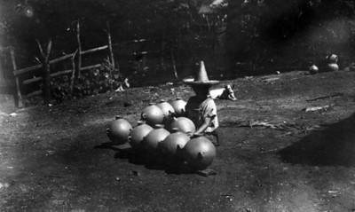 Mujer Tzeltal con ollas de barro en un patio, retrato