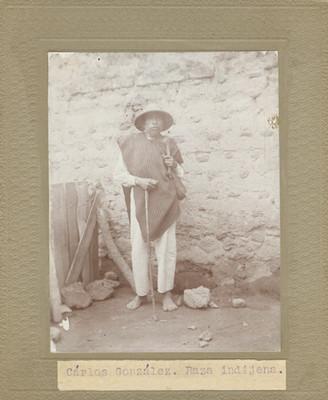 Carlos González de pie junto a una pared, retrato