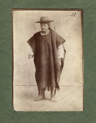 Indígena Tzotzil con sombrero y bastón, retrato