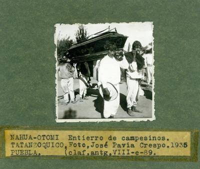 Nahuas conduciendo un féretro durante un entierro de campesinos en Tatanzoquico