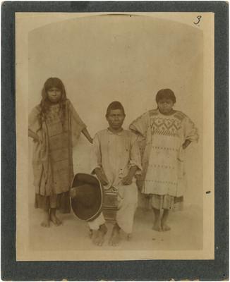 Hombre y mujeres chinantecos de dirario del pueblo de San José de las Flores de Tuxtla, Oaxaca, retrato