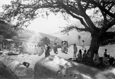 """Indígenas de """"Yalalag, Oax."""" reunidos en una explanada"""