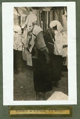 "Mujeres ""Huastecas de aquismón..."" en un tianguis"