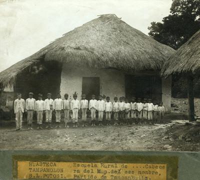 """Niños en el exterior de la """"Escuela rural de Tampamelon, S.L.P."""""""