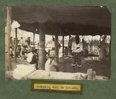 """""""Ocoronis, Edo. de Sinaloa"""", hombres bajo una choza se preparan para danzar"""