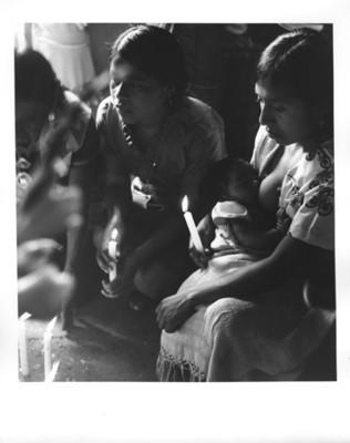 Mujeres rezan ante un altar