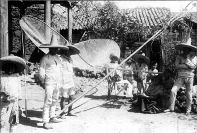 Bolsa para pescar y grupo de indígenas pescadores de Janitzio