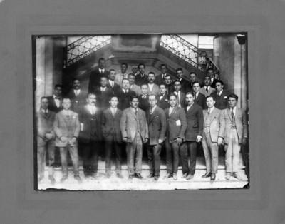 Alfonso Cravioto y otros personajes dentro de un edificio público, retrato de grupo
