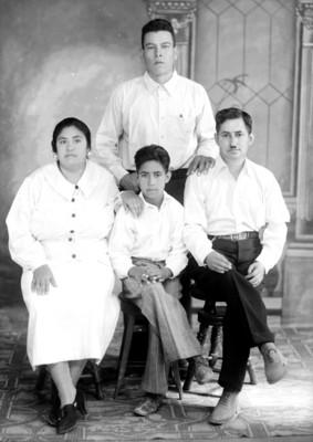 Padre y madre con 2 hijos de clase media alta, retrato