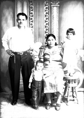 Padre y madre con 2 hijos de clase media, retratos