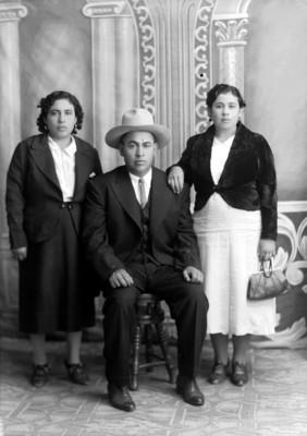 Padre y madre con hija de clase media, retratos
