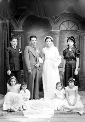Desposados y familiares, retrato de grupo