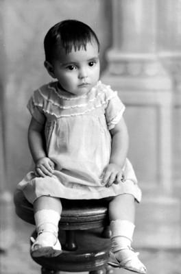 Niña sentada en un banco, retrato
