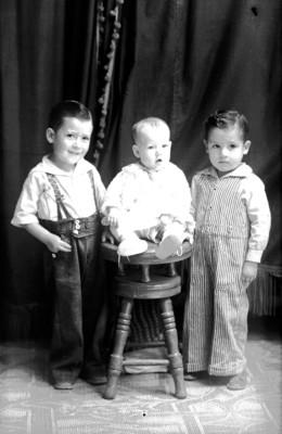 Tres niños, retrato