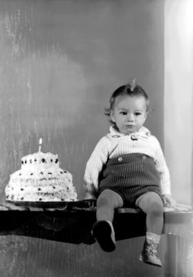 Niño con su pastel de un año, retrato