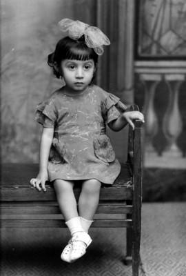 Niña sentada en banca, retrato