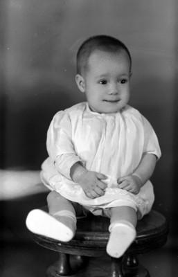 Niño sentado en banco, retrato