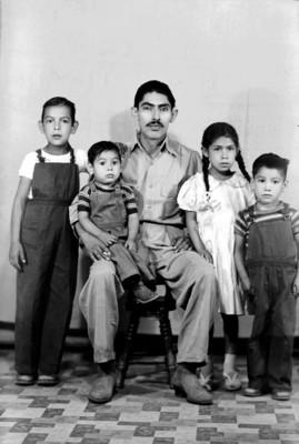 Papá y cuatro hijos, retrato de grupo