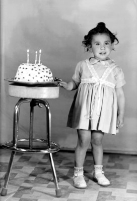 Niña con su pastel de 3 años, retrato