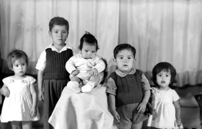 Cinco niños, retrato de grupo