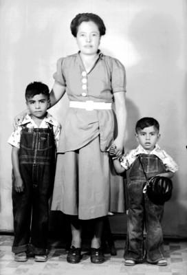 Mujer con dos niños, retrato de grupo